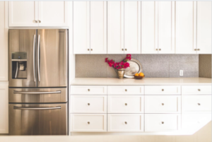 Amy's kitchen features Fasade backsplash in Hammered.